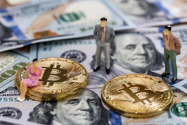 Kleine mensen op bitcoin boven amerikaanse dollars