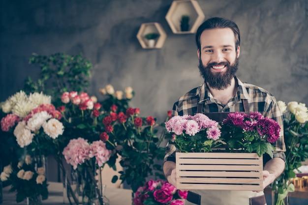 Kleine ondernemer in zijn bloemenwinkel