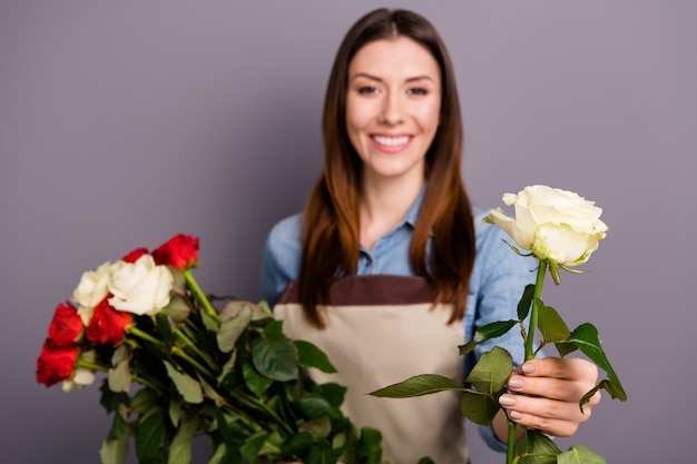 Kleine ondernemer poseren met een boeket rozen