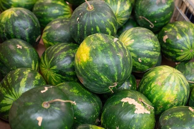 Kleine ontpitte watermeloenen in een supermarkt. voor om het even welk doel.