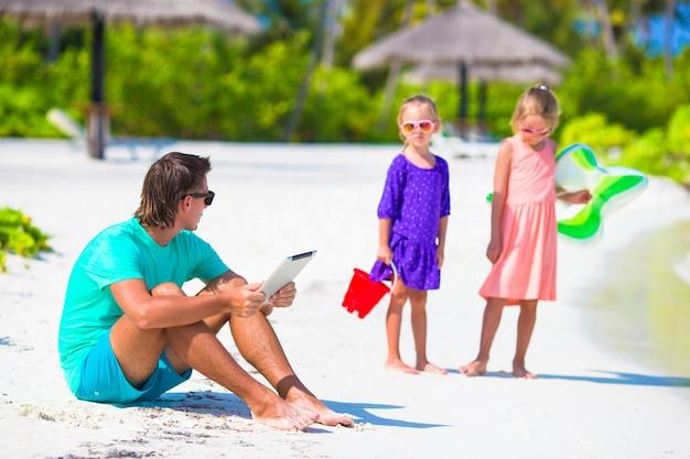 Kleine overstuur trieste meisjes wachten vader om te zwemmen terwijl hij werkt