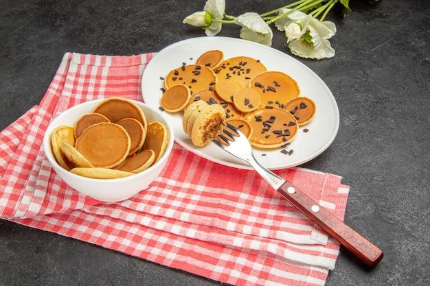 Kleine pannenkoeken met choco-chips op donker