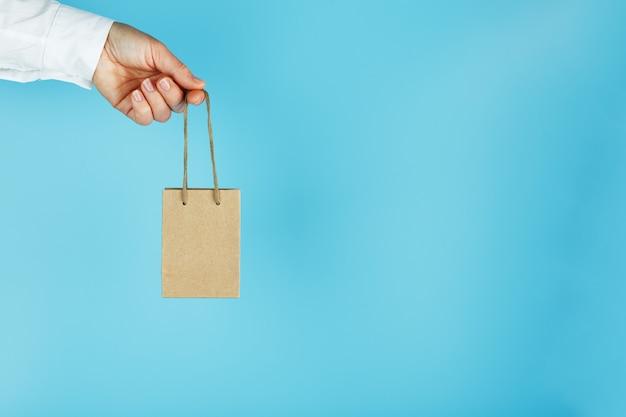 Kleine papieren zak op een hand
