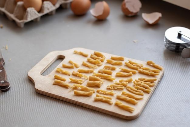 Kleine pasta op cutboard lage hoekmening