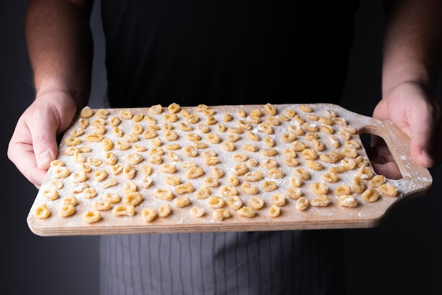 Kleine pasta op snijplank