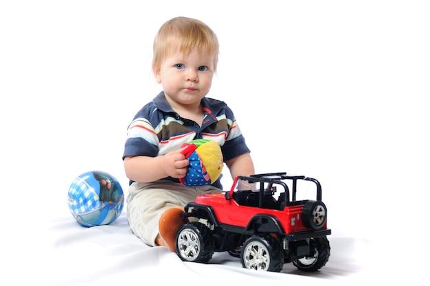 Kleine peuter speelt met speelgoed