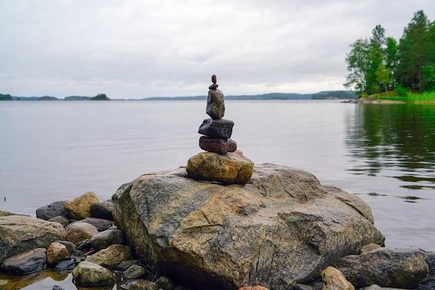 Kleine piramide van stenen aan de oever van het meer