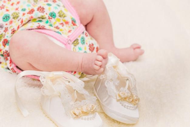 Kleine pootjes van de baby op een lichte plaid