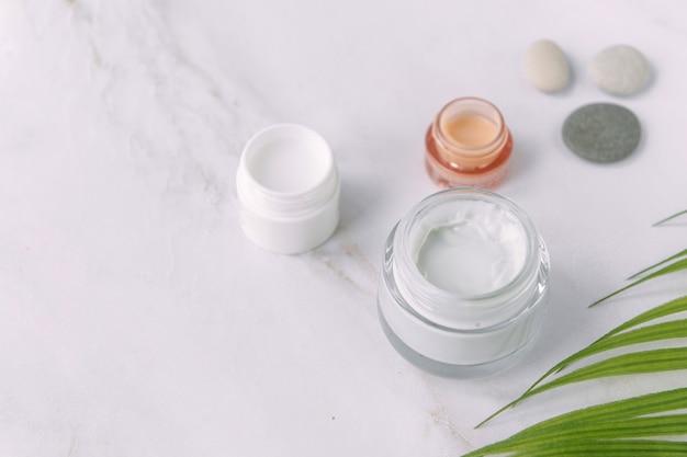 Kleine pot gezichtscrème palmboom blad schoonheid en spa concept