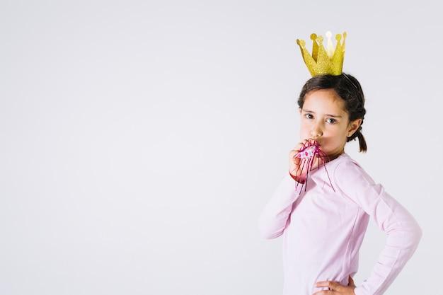 Kleine prinses blaast noisemaker
