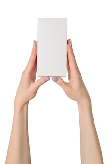 Kleine rechthoekige doos in vrouwenhanden.