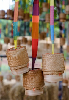 Kleine rieten rijst die van bamboe is gemaakt, hangt ter decoratie rond het plaatselijke restaurant.