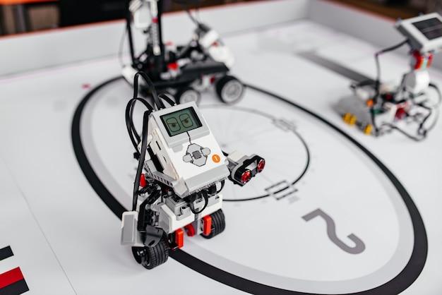 Kleine robot samengesteld uit onderdelen
