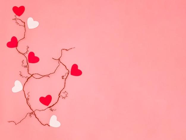 Kleine rode en witte harten op gedroogde aderen