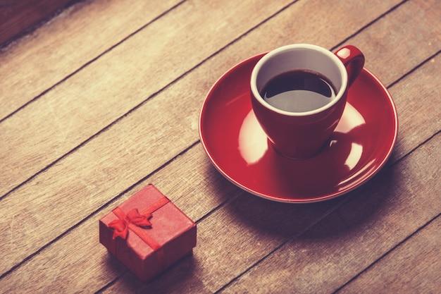 Kleine rode geschenk en kopje koffie