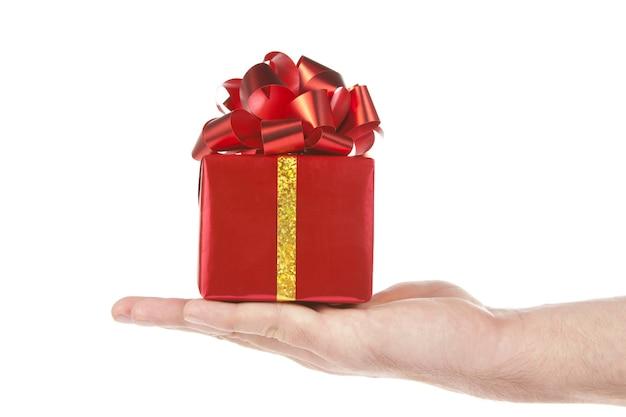 Kleine rode gift in handpalm