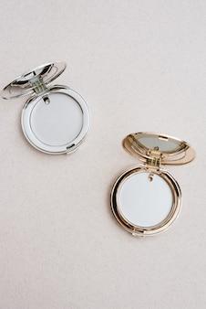 Kleine ronde make-up zakspiegels in goud en zilver. pocket spiegels Premium Foto