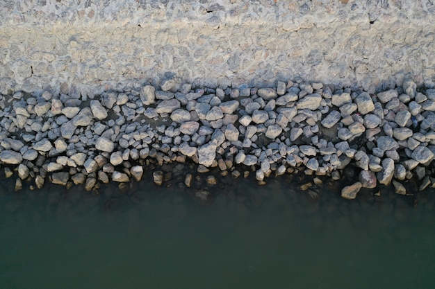 Kleine rotsen op een strand