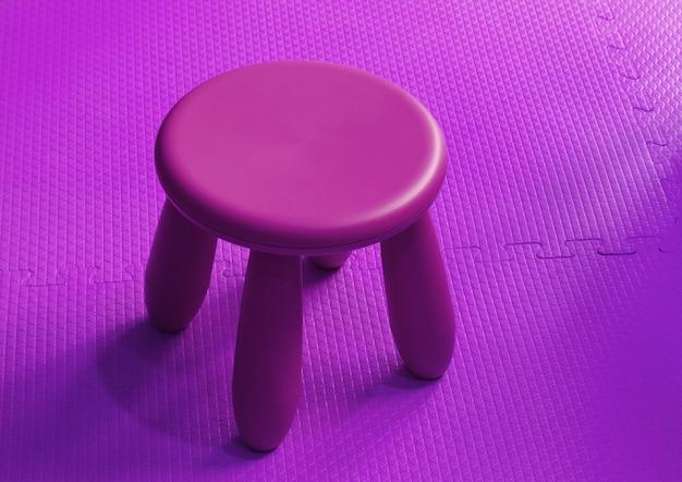 Kleine roze plastic kruk voor kinderen geïsoleerd op zachte vloer indoor speeltuin