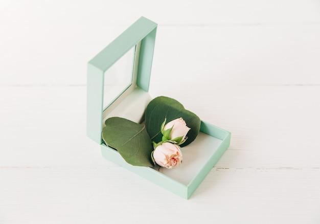 Kleine rozen en stijlvol mint cadeau boxtop viewcreatieve minimalistische compositie