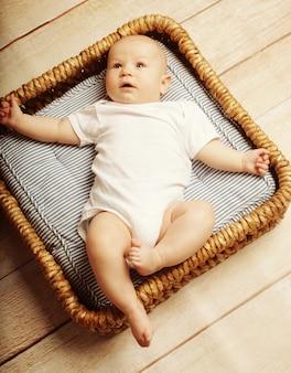 Kleine schattige baby liggend in de mand