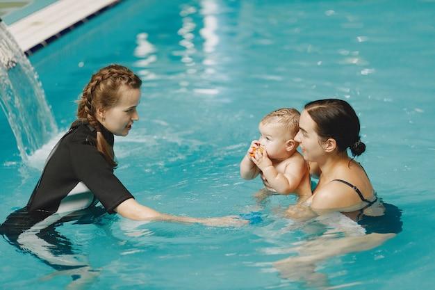 Kleine schattige babyjongen. instructeur met kind. moeder met zoon
