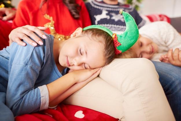 Kleine schattige elf slapen met kerstmis