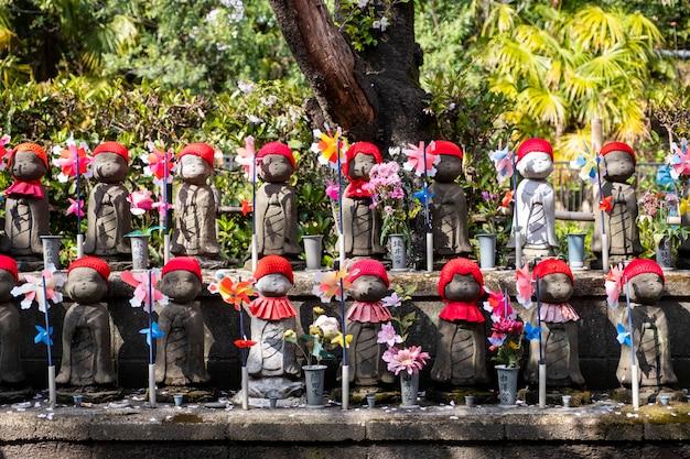 Kleine schattige jizo op festival in japan