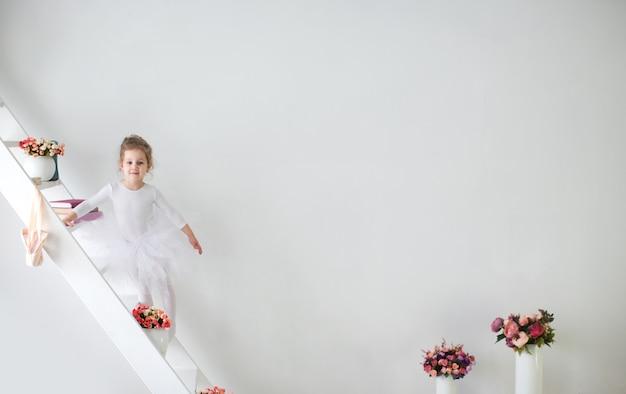 Kleine schattige jonge ballerina in een speelse bui