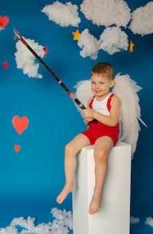 Kleine schattige jongen met vleugels voor valentijnsdag