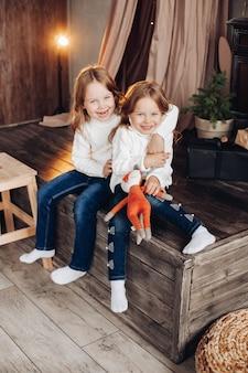 Kleine schattige kinderen verheugen zich samen
