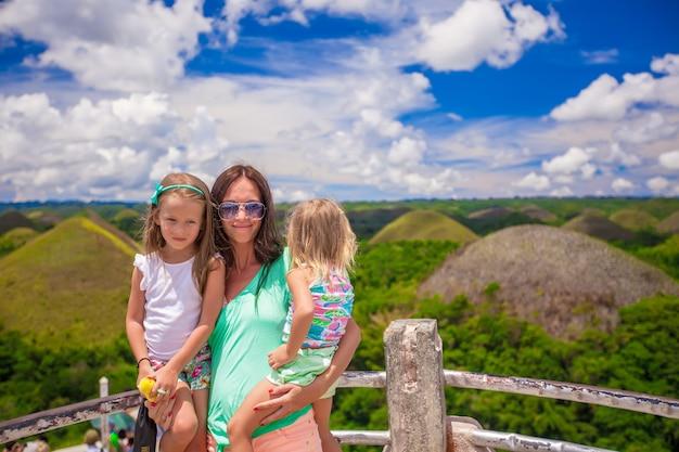 Kleine schattige meisjes met hun moeder in de chocolate hills in bohol