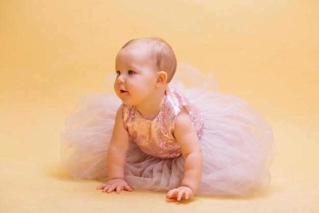 Kleine schattige peuter in jurk