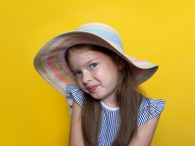 Kleine schattige poseren met een hoed