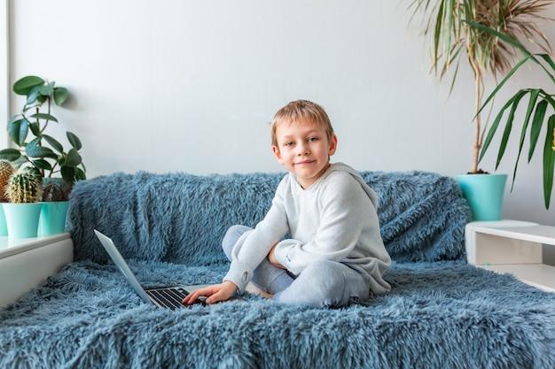 Kleine schooljongen met video-oproep, online klas op laptop e-learning, studeren op afstand, communicatie op afstand concept