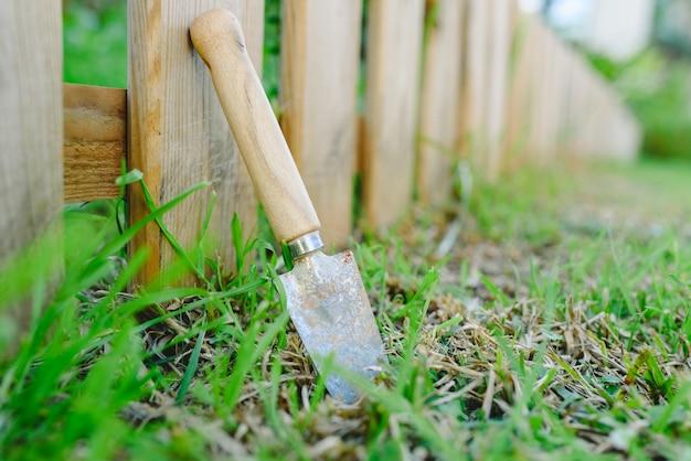 Kleine schop die over een tuin in de lente wordt geïsoleerd om schoonmakende taken in de tuin uit te voeren.