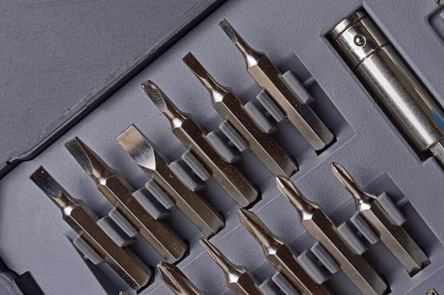 Kleine schroevendraaier in een doosje met bits
