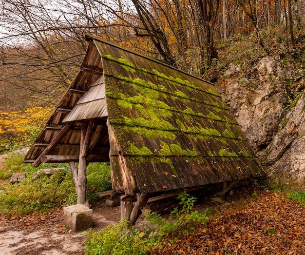 Kleine schuilplaats in het bos van nationaal park plitvicemeren in kroatië