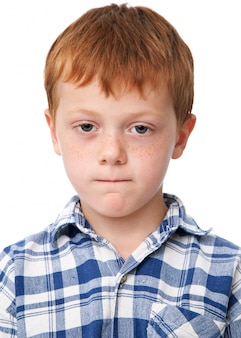 Kleine serieuze jongen in geruit hemd
