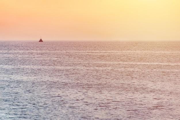 Kleine sleepboot en groot vrachtschip