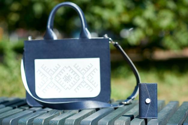 Kleine sleutelbewaarder op de achtergrond van de tas gemaakt in blauwe kleuren