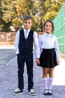 Kleine slimme mooie schoolkinderen kwamen naar school