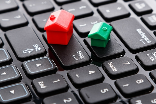 Kleine speelgoedhuizen over toetsenbord