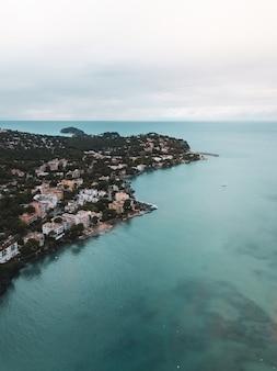 Kleine stad gelegen aan de kust van de zee