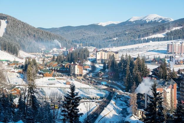 Kleine stad in de bergen op winterdag