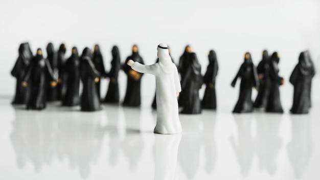 Kleine standbeelden van een moslimman voor zijn grote harem