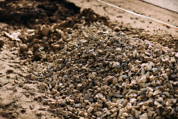 Kleine stenen asfalt in de buurt van de weg