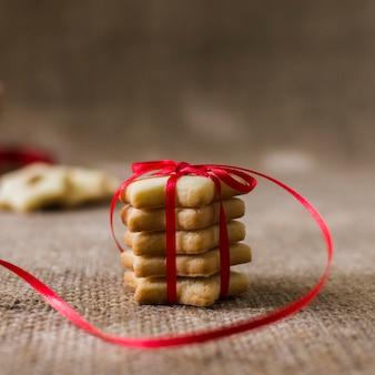 Kleine ster cookies met heldere lint op tafel