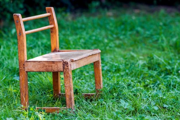 Kleine stoel op groen gras