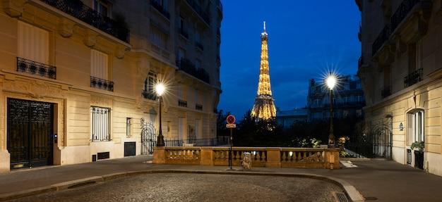 Kleine straat in parijs met uitzicht op de beroemde eiffeltoren, frankrijk